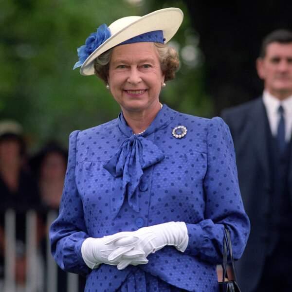Elisabeth II parée de perles, à Ascot, en 1990.