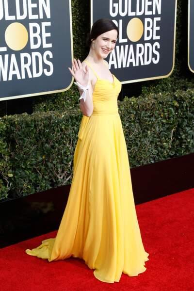 Rachel Brosnahan illumine le tapis rouge en robe jaune à fines bretelles signée Prada, lors des Golden Globes 2019