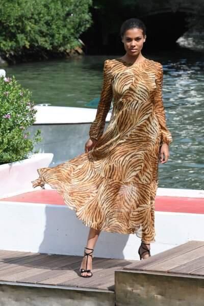 Femme fatale, Tina Kunakey éclaire la robe Twinset tigrée par sa silhouette, comme sur-mesure.