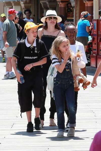 Angelina Jolie est une maman poule, toujours prête à faire plaisir à ses enfants et leurs amis à Disney.
