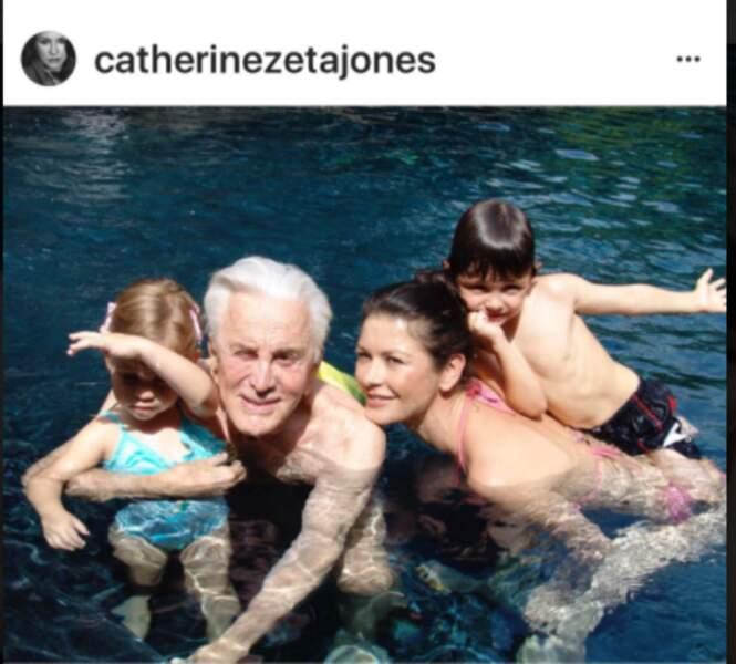 Kirk Douglas avec ses petits-enfants et sa belle-fille Catherine Zeta-Jones
