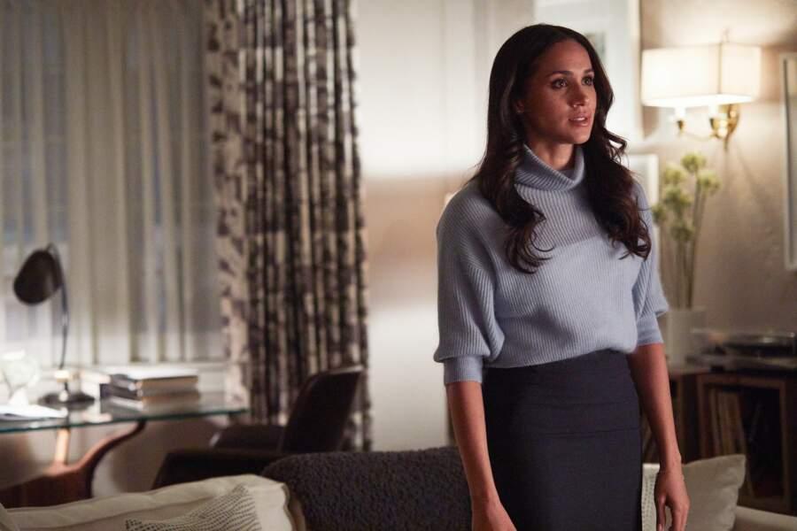 Pour un look douillet et élégant, elle associe un pull-over ample bleu ciel avec son incontournable jupe crayon