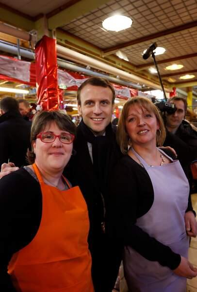 Emmanuel Macron prend la pose avec des vendeuses