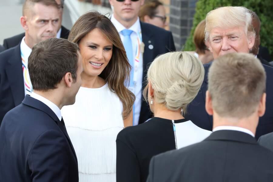 Brigitte Macron et Melania Trump se saluent lors du sommet du G20 à Hambourg, le 7 juillet 2017