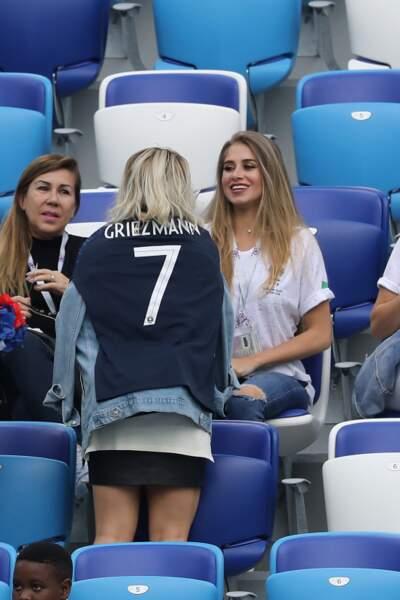 La femme du numéro 7 préfère porter le maillot de son époux sur ses épaules