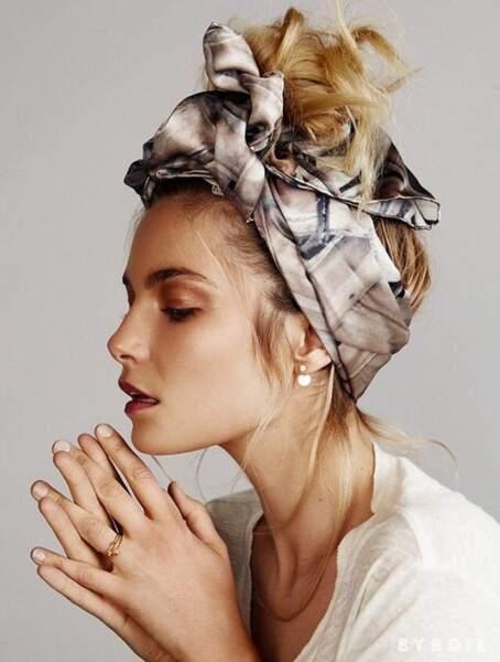 Un foulard façon turban avec un messy bun au sommet du crâne