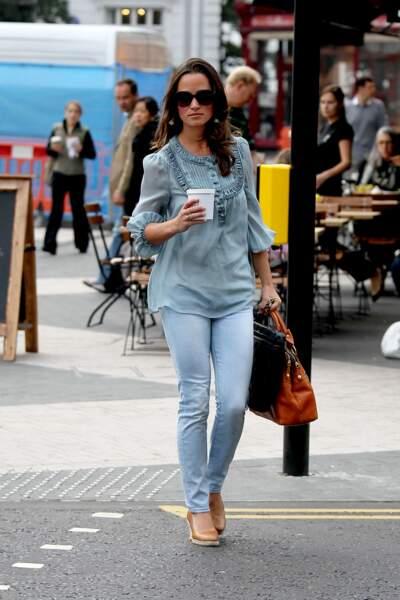 Pippa Middleton, en jean slim et top en soie bleu, dans le quartier de Chelsea à Londres, en 2011