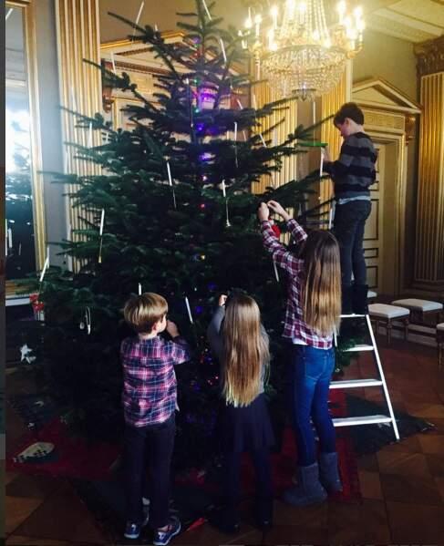 Christian, Isabella, Joséphine et Vincent de Danemark décorent le sapin au palais royal