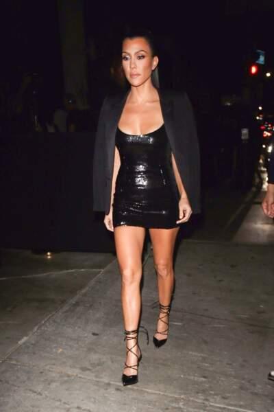 Une robe courte noire et strassée comme Kourtney Kardashian