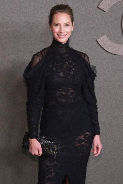 Christy Turlington sublime  tout en noir et en dentelle chez Chanel