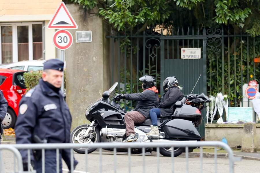 Hélène Darroze sort en moto du domicile des Hallyday à Marnes-la-Coquette