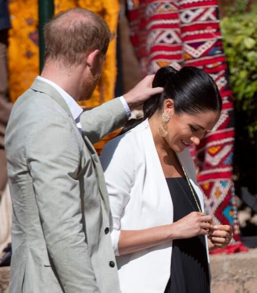 Le geste tendre de Harry envers Meghan lors de leur visite à Rabat, Maroc le 25 février 2019.