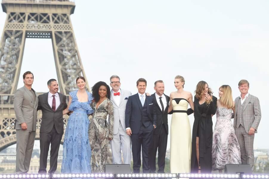 """Toute l'équipe de """"Mission : Impossible - Fallout"""" prend la pose devant la tour Eiffel."""