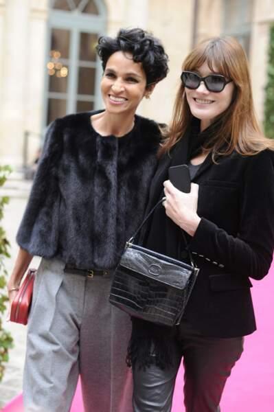 Farida Khelfa et Carla Bruni Sarkozy, lors de la Fashion Week à Paris en 2014