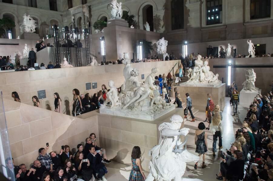 Pour la première fois de son histoire, le musée du Louvre accueillait un défilé de mode