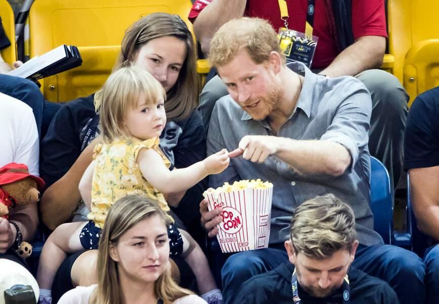 Le prince Harry regarde un match avec une petite fille lors des Invictus Games