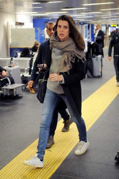 Habituée des aéroports, Charlotte Casiraghi sait comment arriver fraîche comme une rose
