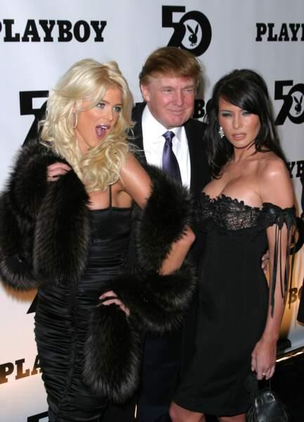 Décembre 2003: bimbo assumée, aux côtés de Donald et de la playmate Victoria Silvstedt, pour les 50 ans de Playboy