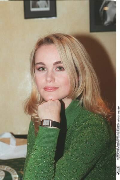 En 1998, Laeticia opte pour un look naturel, son regard vert souligné par un make-up aux teintes rosées