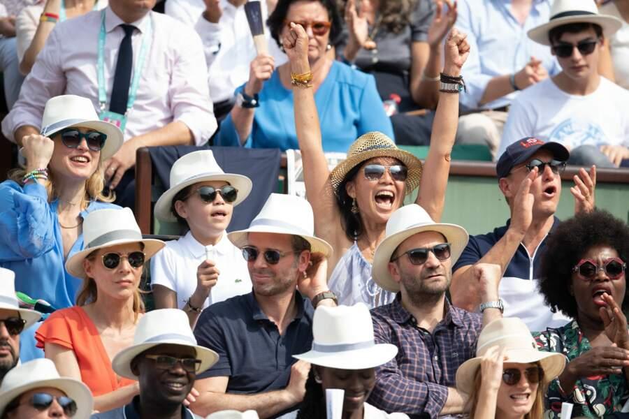 Julie Gayet, son fils, Woody Harrelson et son épouse Laura se réjouissent à Roland Garros le 9 juin 2018