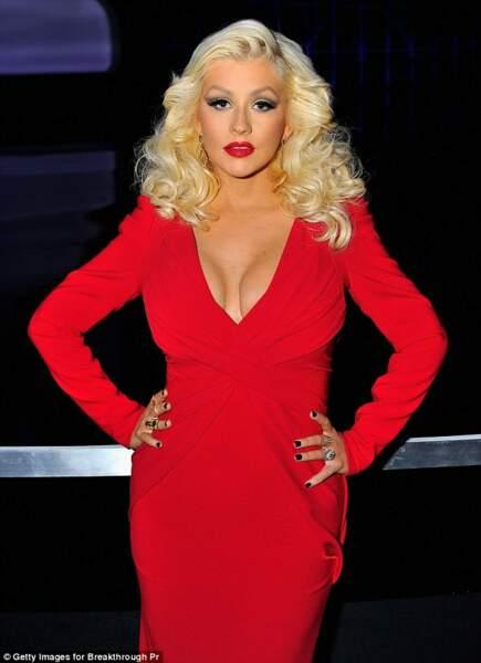Christina Aguilera, sexy en robe rouge