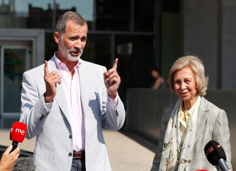 Le roi Felipe et la reine Sofia rassurent la presse et les Espagnols à la sortie de l'hôpital, le 24 août.