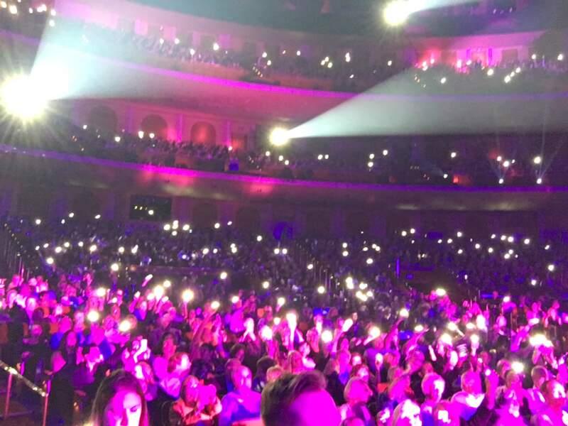 Les fans saluent Céline avec leurs téléphones