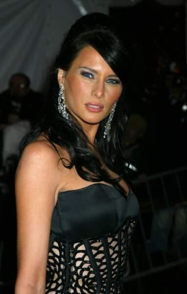 Melania Trump, lors du Met Gala à New York, le 26 avril 2004. Toujours très sexy avec une robe décolleté laissant entrevoir la peau.