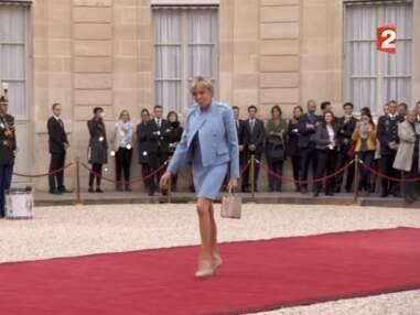 PHOTOS – L'arrivée de Brigitte Macron en tailleur bleu ciel à la passation de pouvoir