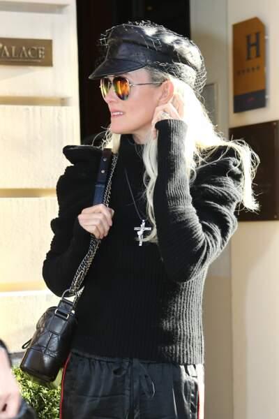 Laeticia Hallyday et sa casquette en cuir à voilette, la touche rock de son look à Paris en octobre 2018