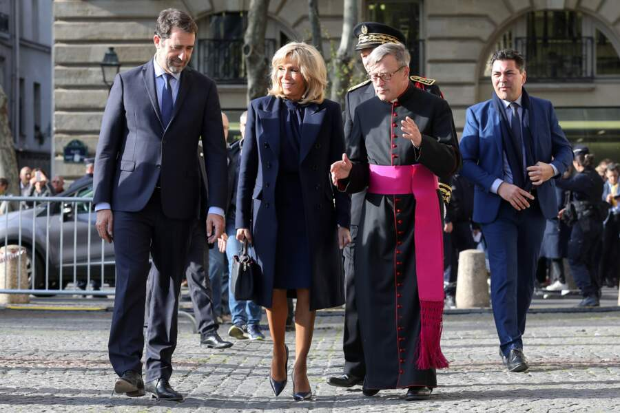 Brigitte Macron a choisi cette robe courte mais élégante pour assister à la messe chrismale à Saint-Sulpice