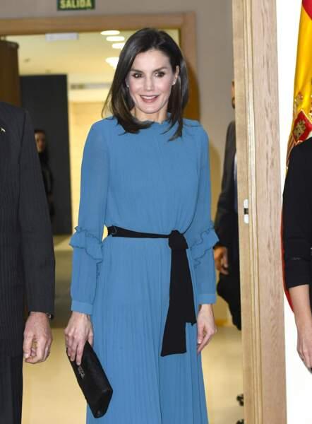 Toujours très élégante, Letizia d'Espagne  en robe bleu cobalt ceinturée de noir, une tenue Zara soldée à 12,99 €