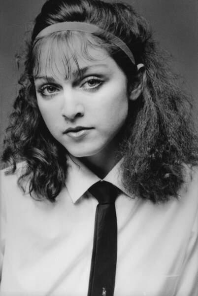 Frange ultra fine, bandeau et cheveux crépés, Madonna encore très sage en 1978 à New York