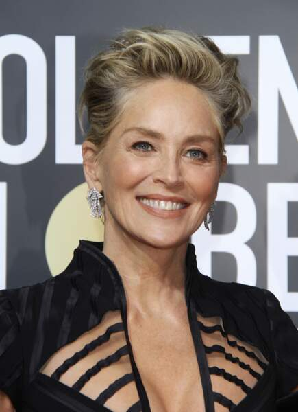 La coupe courte blonde de Sharon Stone.