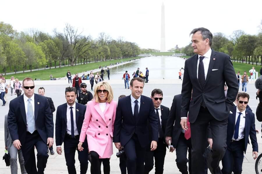 Brigitte et Emmanuel Macron sous la protection du garde du corps