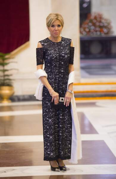 Brigitte Macron en robe longue à dentelle, minaudière et chignon sophistiqué
