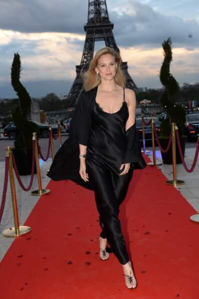 Bar Refaeli canon en robe longie noire esprit lingerie