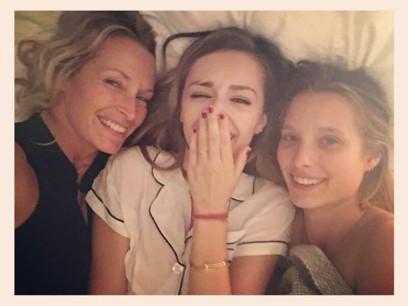Beau moment de complicité entre Estelle Lefébure et ses filles Emma et Ilona, en septembre 2016