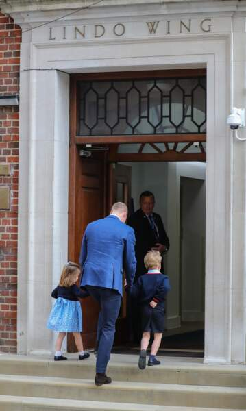 Le prince William amène George et Charlotte à la maternité pour qu'ils rencontrent leur petit frère