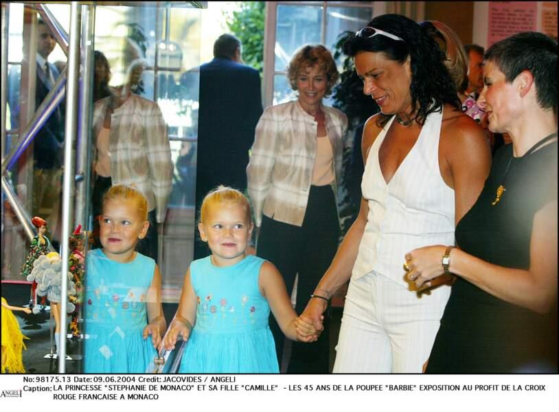 Stéphanie et sa fille Camille, lors d'une exposition pour les 45 ans de la poupée Barbie, le 9 juin 2004 à Monaco