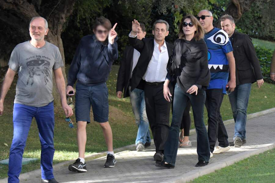 Carla Bruni-Sarkozy et Nicolas Sarkozy profitent du soleil grec en famille