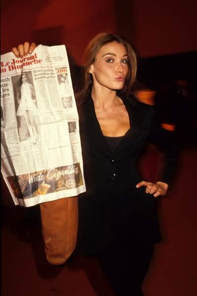 Fière de sa couverture du Journal du Dimanche, lors de l'after party Kenzo en 1990 à Paris
