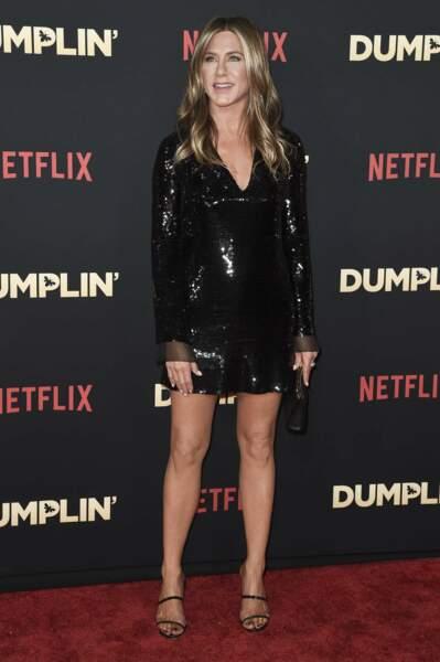 Une robe noire ultra moulante pour celles qui ont des belles jambes comme Jennifer Aniston