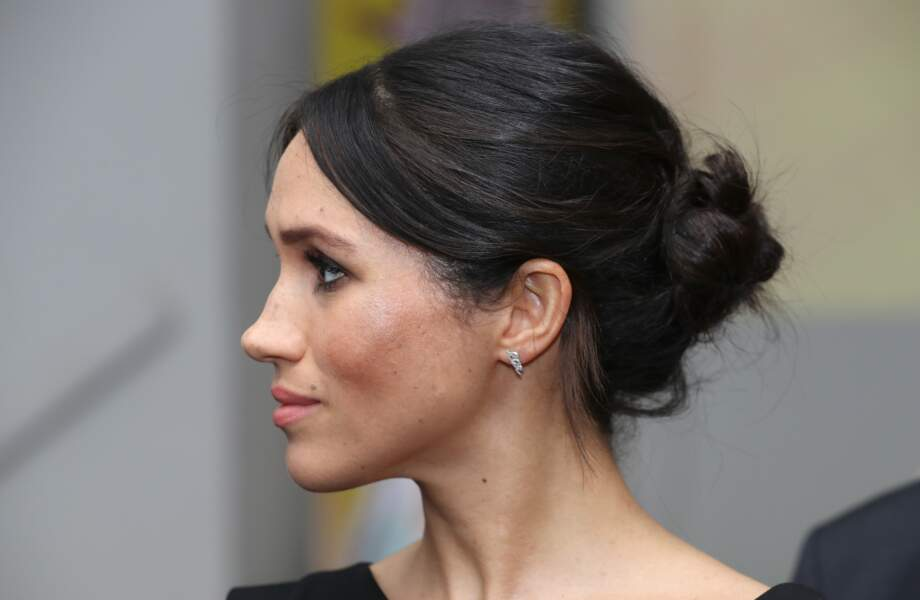 Meghan et son chignon flou, sublimé par des boucles d'oreilles en diamant Maison Birks, à Londres le 19 avril 2018