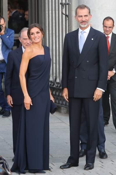 La reine Letizia D'Espagne nous montre l'exemple dans sa combinaison asymétrique.