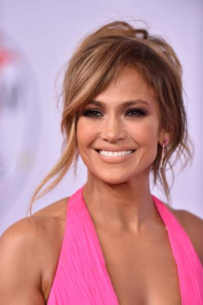 La bomba latina, Jennifer Lopez, radieuse avec une colo version châtain clair.