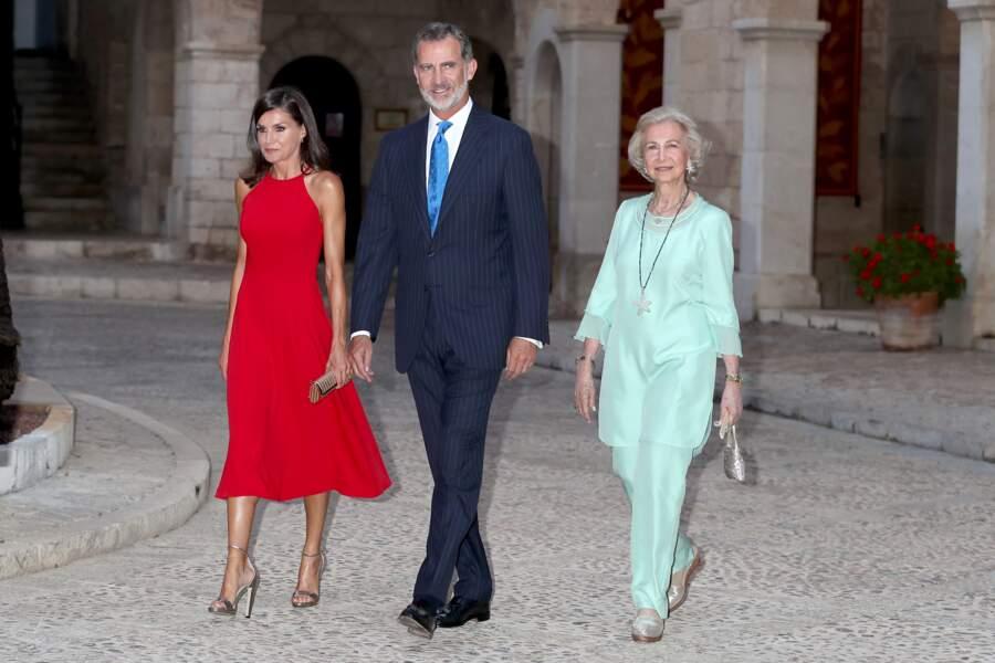 Pour l'occasion, Letizia d'Espagne arborait une robe midi rouge décolletée dans le dos