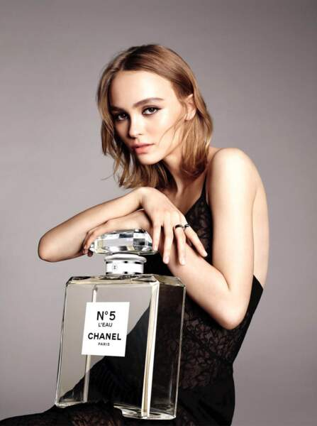 """Lily-Rose Depp, dans les pas de sa mère devient en 2016 égérie de """"Chanel n°5 L'Eau"""""""