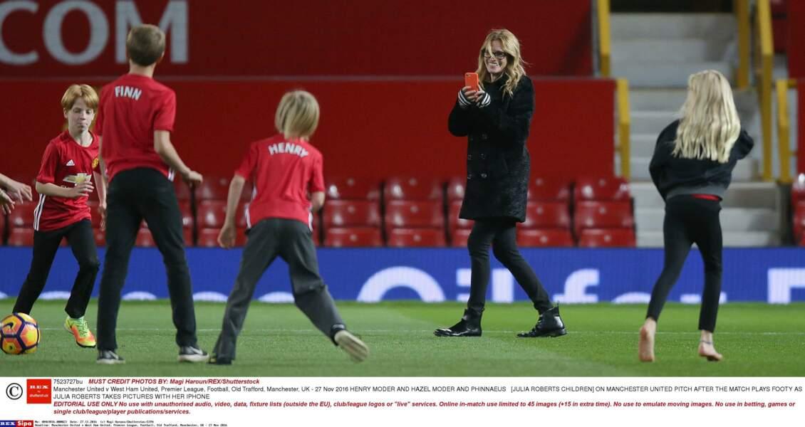 Avec ses enfants Henry, Hazel et Phinnaeus lors d'un match du Manchester United en novembre 2016