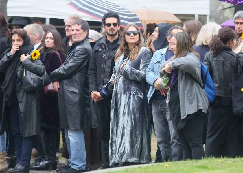 Izïa Higelin main dans la main avec son compagnon Bastien Burger aux obsèques de Jacques Higelin